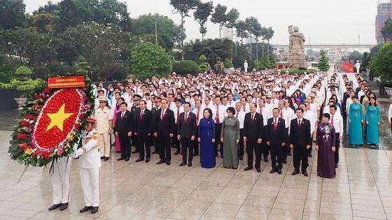 Đoàn đại biểu dâng hương tưởng niệm các Anh hùng liệt sĩ tại Nghĩa trang Liệt sĩ TP.HCM (quận 9). Ảnh: SGGP