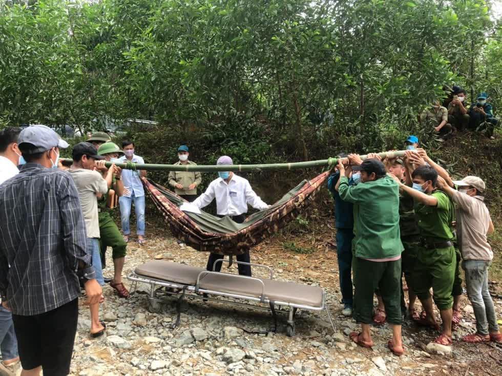 Thi thể nạn nhân đầu tiên được lực lượng chức năng đưa ra khỏi khu rừng. Ảnh: CAND