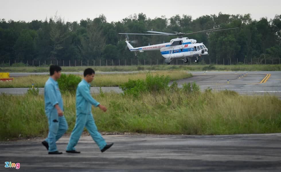 Vào 11h, trực thăng đầu tiên tiếp cận Rào Trăng 3 đã quay lại Phú Bài sau khi thả hàng cứu trợ thành công. Ảnh: Zing.