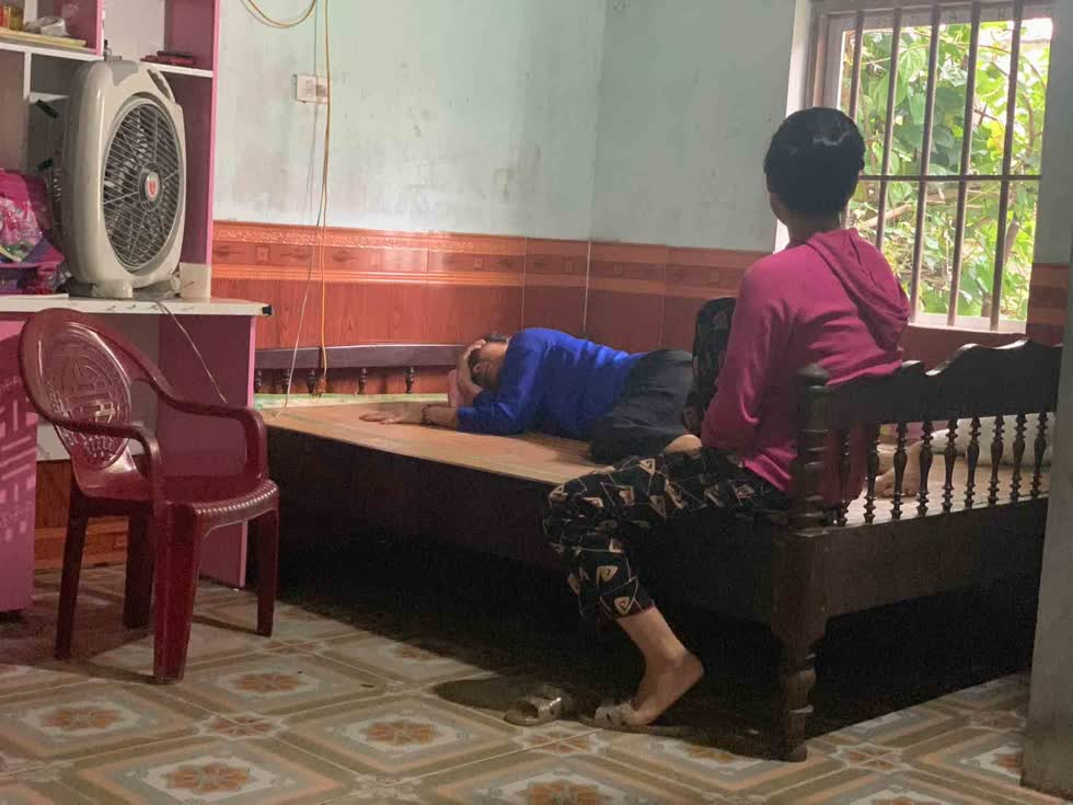 Sản phụ Lê Thị L. (vợ anh Lê Văn H.) khóc ngất sau khi nghe tin chồng gặp nạn. Ảnh: Vietnamnet