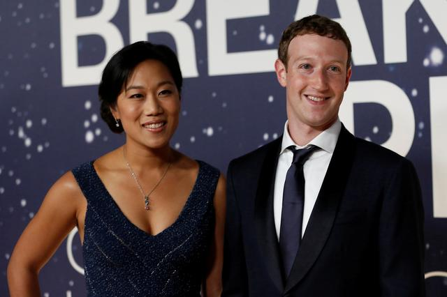 CEO Facebook Mark Zuckerberg và vợ Priscilla Chan trong Lễ trao Giải thưởng đột phá hàng năm lần thứ 2 ở Mountain View, California ngày 9/11/2014. Ảnh: Reuters.