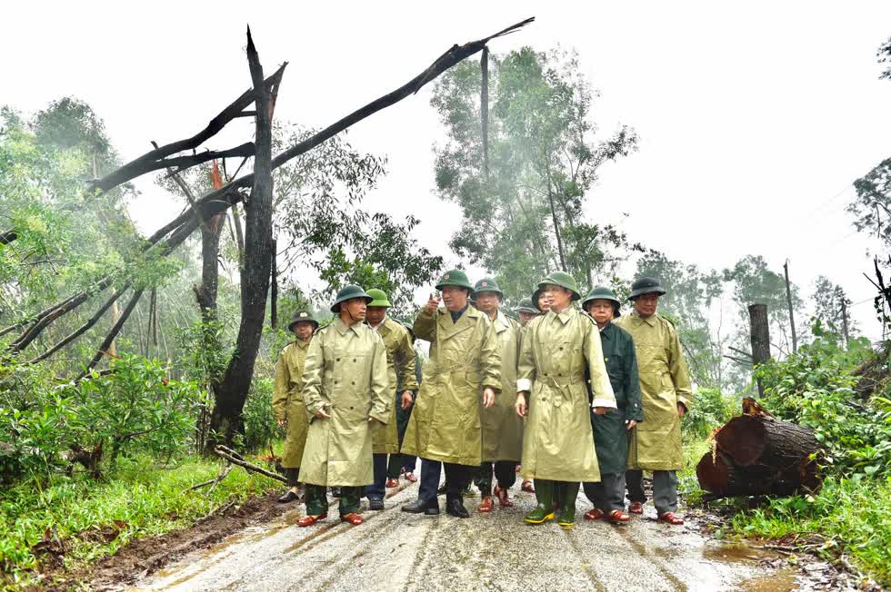 Phó Thủ tướng động viên các lực lượng tham gia cứu hộ, cứu nạn. Ảnh: VGP