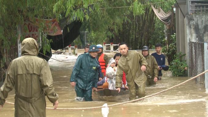 Lực lượng chức năng luôn có mặt để hỗ trợ người dân vùng lũ đến nơi an toàn. Ảnh: Nông Nghiệp