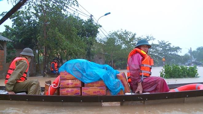Không chỉ hỗ trợ bằng sức lực,các CBCS Công an, nhà tài trợ hảo tâm,...cung cấp nhu yếu phẩm hỗ trợ kịp thời cho người dân vùng lũ. Ảnh: CAND