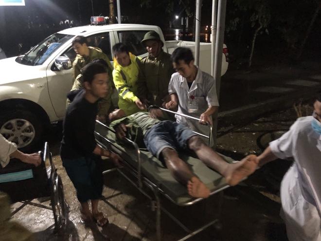 Nạn nhân trong vụ  sạt lỡ  được đưa ra khỏi khu vực nguy hiểm đểđến Bệnh viện Đa Khoa Bình Điền cấp cứu. Ảnh: CAND