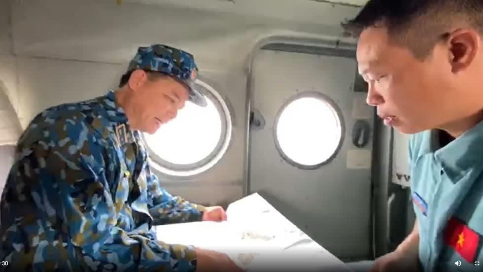 Thiếu tướng Phạm Trường Sơn, Phó Tư lệnh Quân chủng Phòng không - Không quân cùng tổ bay xác định vị trí cứu hộ cứu nạn. Ảnh: VGP