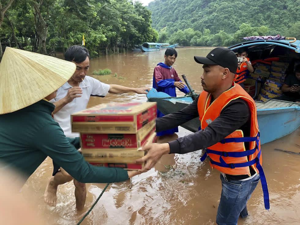 Anh Nguyễn Quân Dũng (TP. Vinh, Nghệ An) đãvừa tự bỏ tiền, vừa kêu gọi bạn bè trong vài ngày được 5000 thùng mì tôm cứu trợ bà con bị ảnh hưởng bởi mưa lũ.