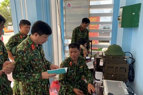 Lực lượng thông tin ở Sở chỉ huy tiền phương duy trì liên lạc với các lực lượng tại hiện trường. Ảnh: QĐND