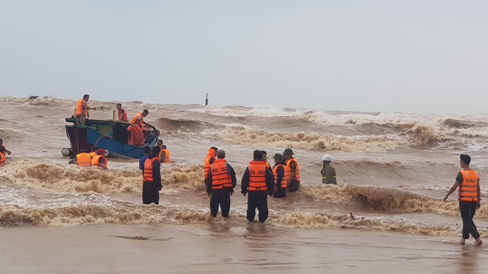 Lực lượngcứu nạncứu tám thuyền viên trên tàu Vietship 01 bị mắc cạn tại Quảng Trị. Ảnh: báo Nhân Dân