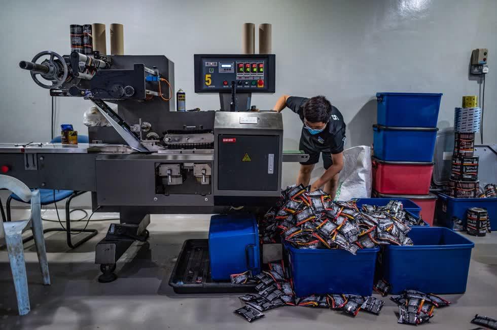 Sau đó công nhân phân loại các gói cà phêtại xưởng Antong. Ảnh: AFP.