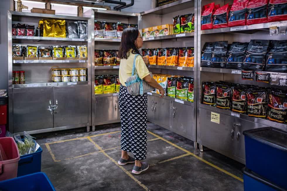 Loại cà phê có đường được chế biến tại xưởng Antong đã nổi tiếng từ lâu tại Malaysia, nơi có nhiều người thích cà phê ngọt, và thường được phục vụ tại các nhà hàng. Ảnh: AFP.