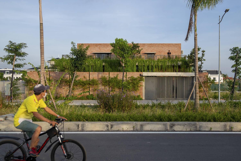 Mạo Khê House gây ấn tượng bởi vẻ ngoài thô mộc, giản dị như chính tính cách của chủ nhân căn nhà.