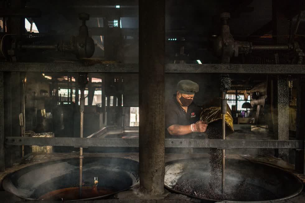 Thian Boon Chung cho rằng cà phê rang củi có mùi vị hấp dẫn hơn các phương pháp chế biến khác. Ảnh: AFP.