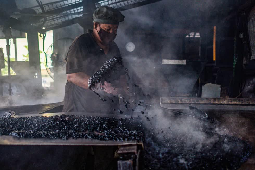 Hạt cà phê được chế biến tại xưởng Antong ở Taiping, Malaysia, ngày 29/9/2020. Ảnh: AFP.