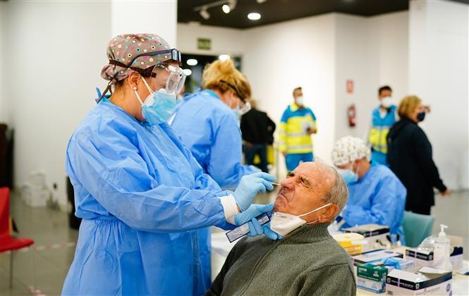 Nhân viên y tế lẫy mẫu xét nghiệm COVID-19 tại Madrid, Tây Ban Nha, ngày 29/9/2020. Ảnh: AFP/TTXVN