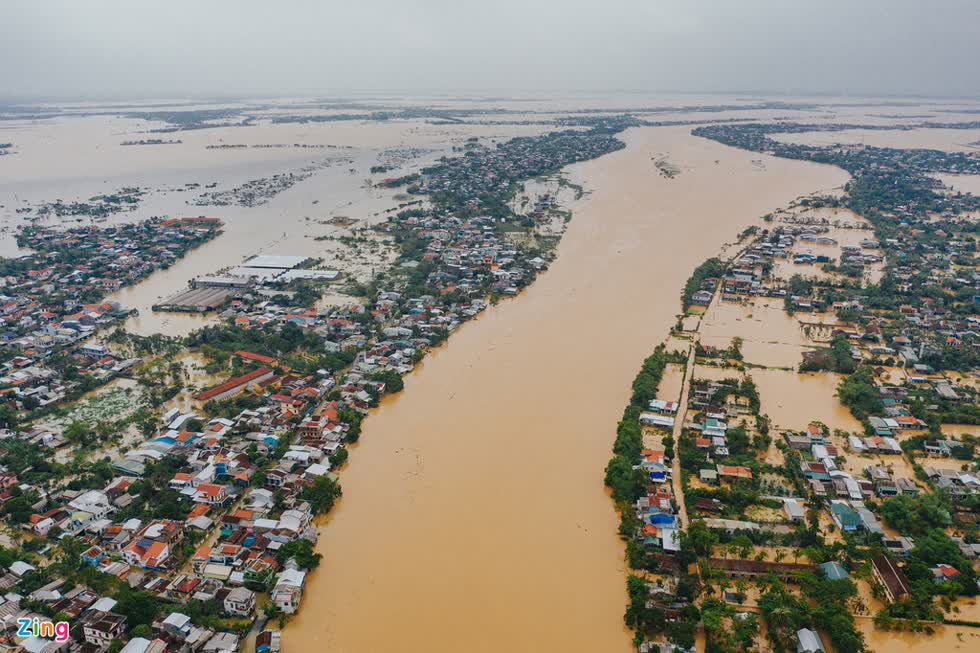 Nhiều điểm ở thành phố Huế (tỉnh Thừa Thiên - Huế) ngập hơn 1 m. Ảnh: Zing