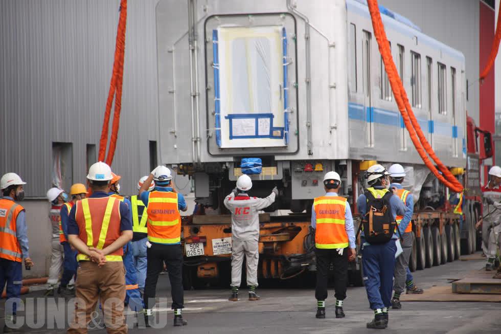 Công tác lắp đặt tàu Metro vào đường ray tạm diễn ra tại depot Long Bình (quận 9).