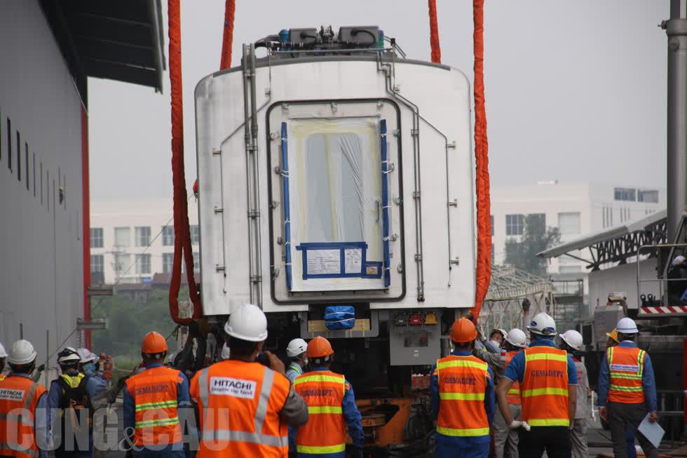 Đội ngũ chuyên gia kiểm tra lại toà lần cuối trước khi bốc toa tàu rời khỏi xe siêu trường.