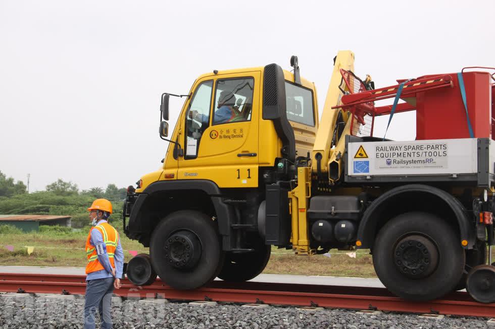 Trước đó, một phương tiện chuyên dụng đã chạy thử nghiệm 2 lần để kiểm tra đường ray tạm.