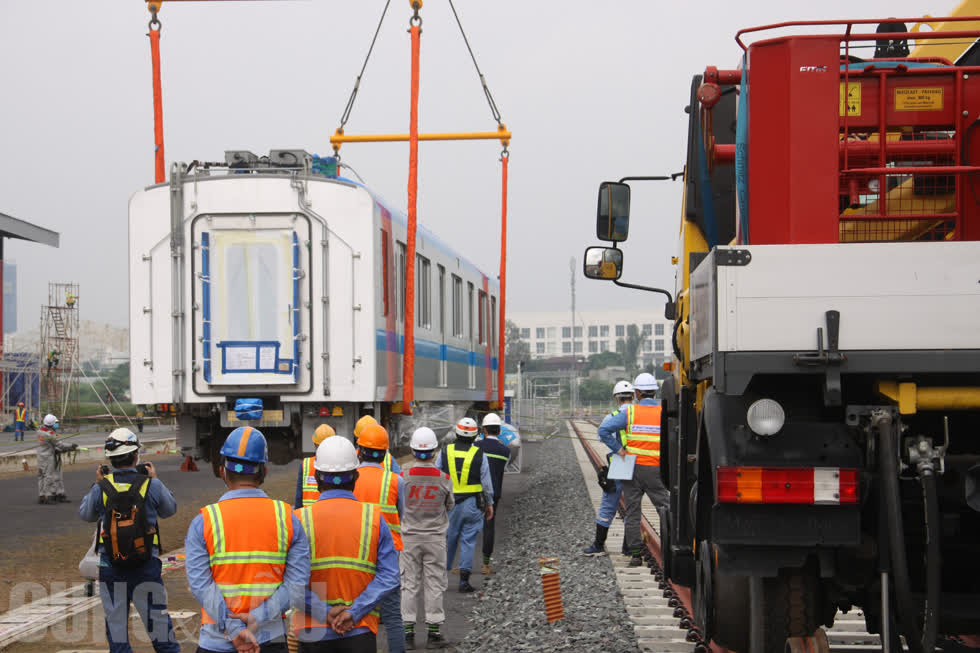 Cận cảnh lắp ráp tàu Metro số 1 vào đường ray tạm tại depot Long Bình