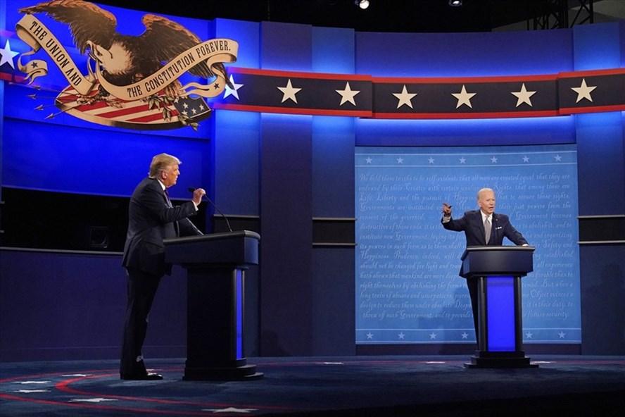Tổng thống Donald Trump và ứng viên tổng thống đảng Dân chủ, cựu Phó Tổng thống Joe Biden trong cuộc tranh luận bầu cử Mỹ đầu tiên hôm 29/9 ở Cleveland. Ảnh: AFP.