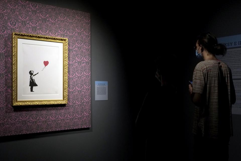 Mọi người, đeo khẩu trang tham quan triển lãm 'Banksy: Một cuộc biểu tình bằng hình ảnh' vào 11/9 tại Rome, Ý.Ảnh: Getty.