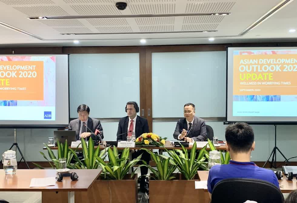 Lãnh đạo ADB Việt Nam tại buổi họp báo công bố Báo cáo ADO 2020 sáng 15/9.Ảnh:VGP.