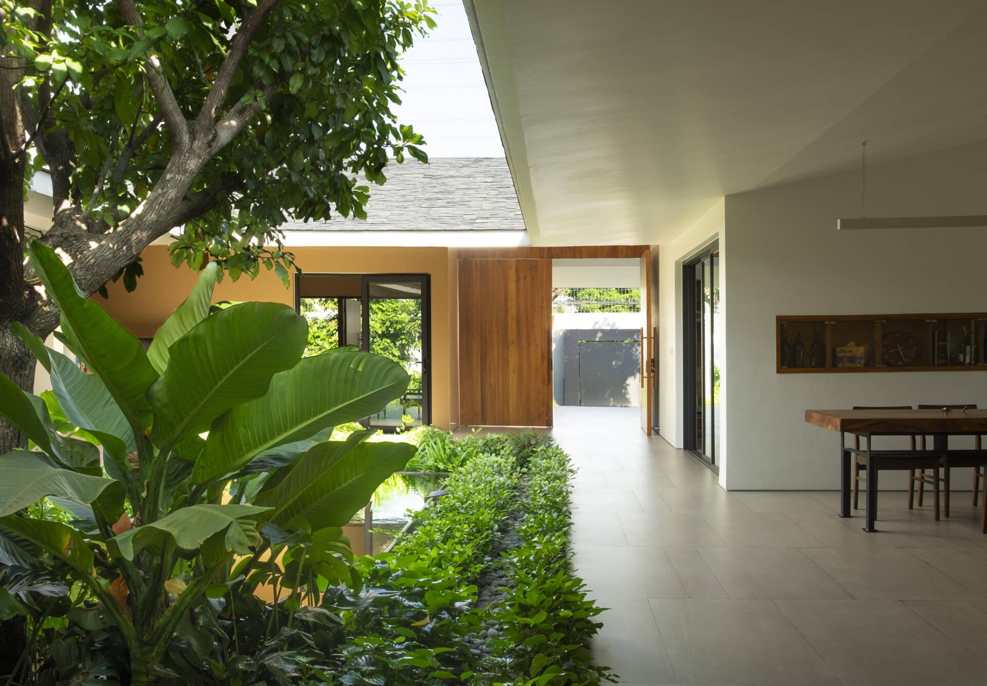 Hành lang của nhà rộng rãi và thoáng đãng, tràn ngập ánh nắng tự nhiên.