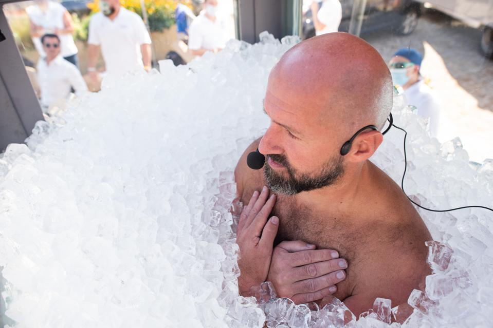 Josef Koeberl đã đứng trong hộp thủy tinh chứa đầy nước đá trong 2,5 giờ để phá kỷ lục thế giới về thời gian tiếp xúc toàn thân với nước đá trong thời gian dài nhất hôm 12/9 tại Melk, Áo.Ảnh: Getty.