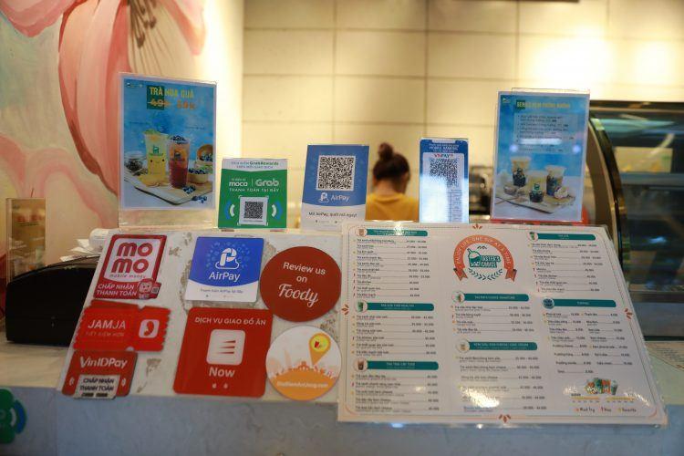 Trung bình một hàng quán tại Hà Nội và TP.HCM có ít nhất 5 ví điện tử hiện diện. Ảnh: Tech In Asia