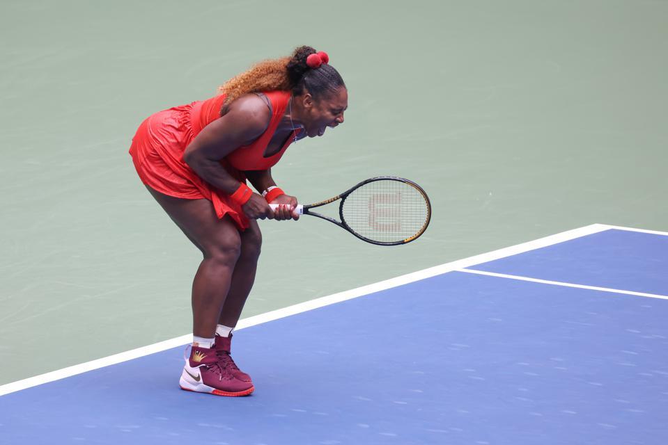 Serena Williams phản ứng khi bẻ gãy Tsvetana Pironkova của Bulgaria trong set thứ hai trong trận tứ kết Đơn nữ vào hôm 9/9 trong khuôn khổ US Open.Ảnh: Getty.