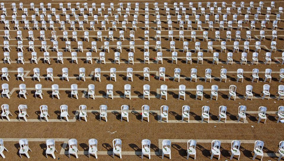 Một góc nhìn cho thấy những chiếc ghế được lắp tại Quảng trường Rabin của Tel Aviv hôm 7/9 để tượng trưng cho 1.000 ca tử vong do COVID-19 mà Israel đã chứng kiến kể từ đầu đại dịch. Ảnh: AFP.
