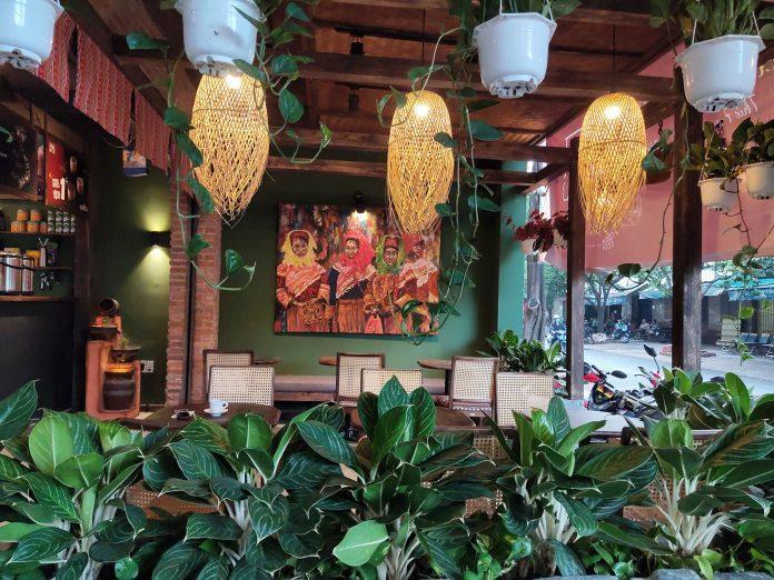 Không gian của quán khá thoáng mát và có cách trang trí đẹp mắt. Nguồn: Facebook Cà phê Nhà Của Mị