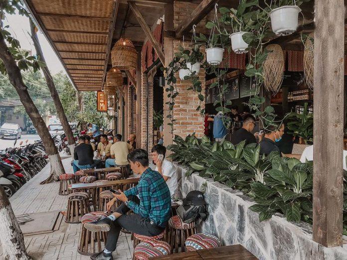 Quán cà phê Nhà Của Mị còn có không gian mở bên ngoài rất thoáng mát. Nguồn: Facebook Cà phê Nhà Của Mị