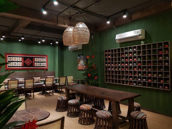 Nội thất của quán chủ yếu bằng gỗ và trang trí rất tinh tế. Nguồn: Facebook Cà phê Nhà Của Mị