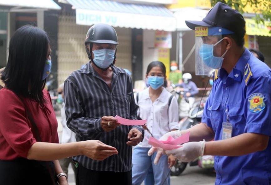 Người dân Đà Nẵng được phát thẻ đi chợđảm bảo an toàn trong công tác phòng, chống dịchCOVID-19.