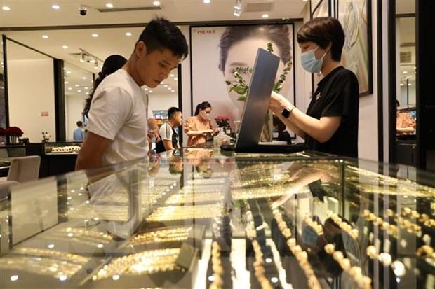 Giao dịch vàng tại Công ty Vàng bạc Đá quý Phú Quý. Ảnh: TTXVN.