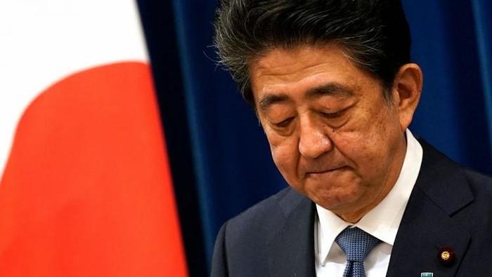 Thủ tướng Nhật Bản Shinzo Abe tuyên bố từ chức vàxin lỗi tới người dân.Ảnh: Sky News