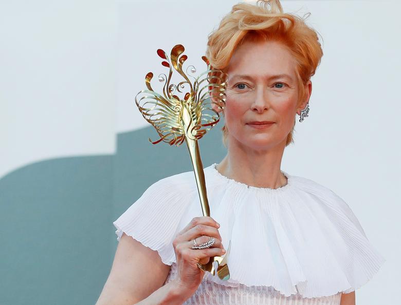Diễn viên Tilda Swinton tạo dáng trong lễ khai mạc Liên hoan phim Venice lần thứ 77 tại Venice Ý. Ảnh: Reuters.