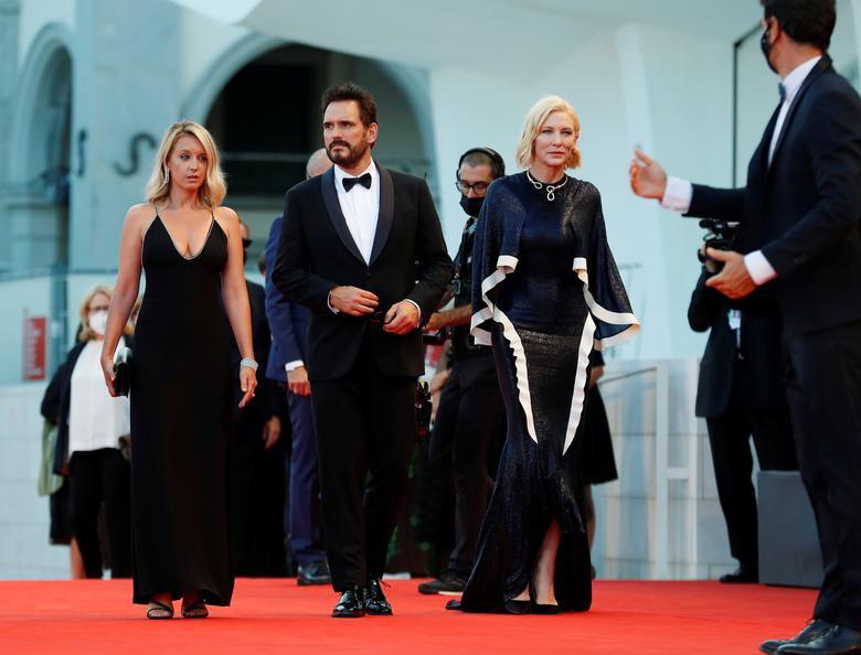 Chủ tịch hội đồng giám khảo Cate Blanchett, Ludivine Saigne và Matt Dillon đến trong lễ khai mạc. Ảnh: Reuters.