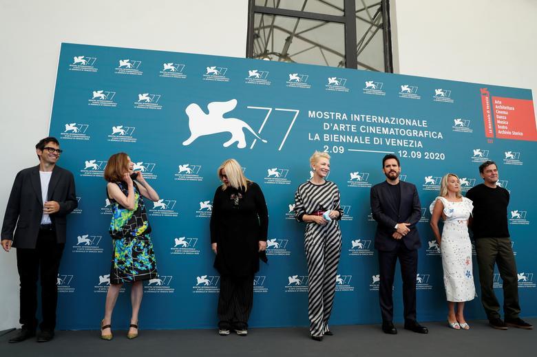 Chủ tịch hội đồng giám khảo Cate Blanchett và các thành viên ban giám khảo Nicola Lagioia của Ý, Joanna Hogg của Anh, Veronika Franz của Áo, Matt Dillon từ Mỹ, Ludivine Sagnier của Pháp và Christian Petzold của Đức tạo dáng trong một cuộc gọi chụp ảnh của các thành viên ban giám khảo. Ảnh: Reuters.