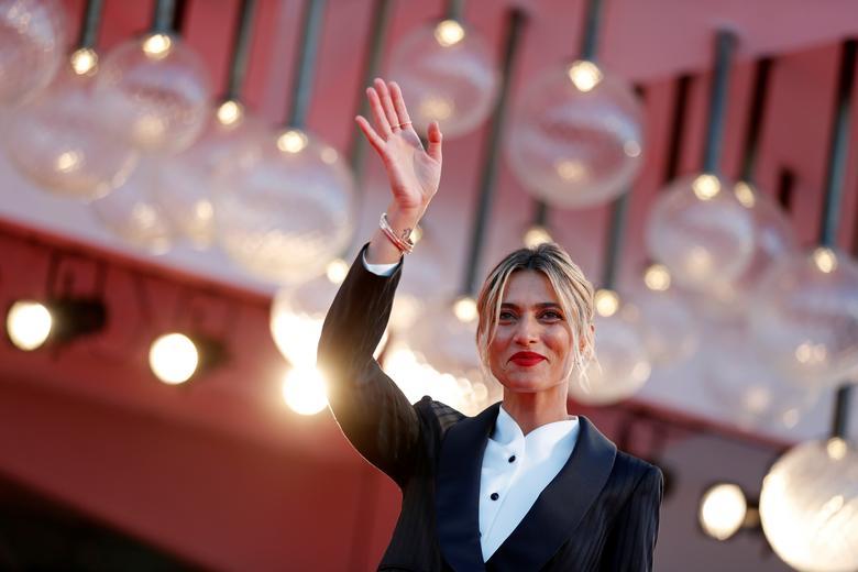 Diễn viên Anna Foglietta tạo dáng chụp ảnh: Ảnh: Reuters.