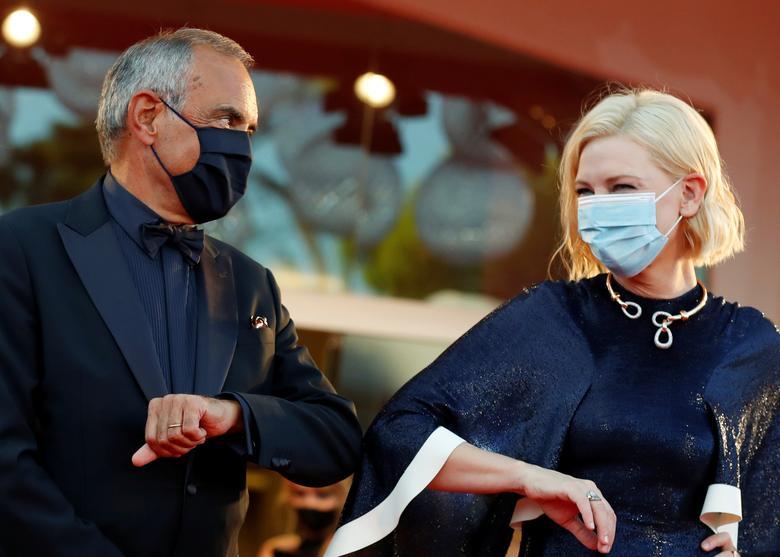Giám đốc Liên hoan phim quốc tế Venice lần thứ 77, Alberto Barbera, chạm khuỷu tay với Chủ tịch hội đồng giám khảo Cate Blanchett trong lễ khai mạc. Ảnh:Reuters.