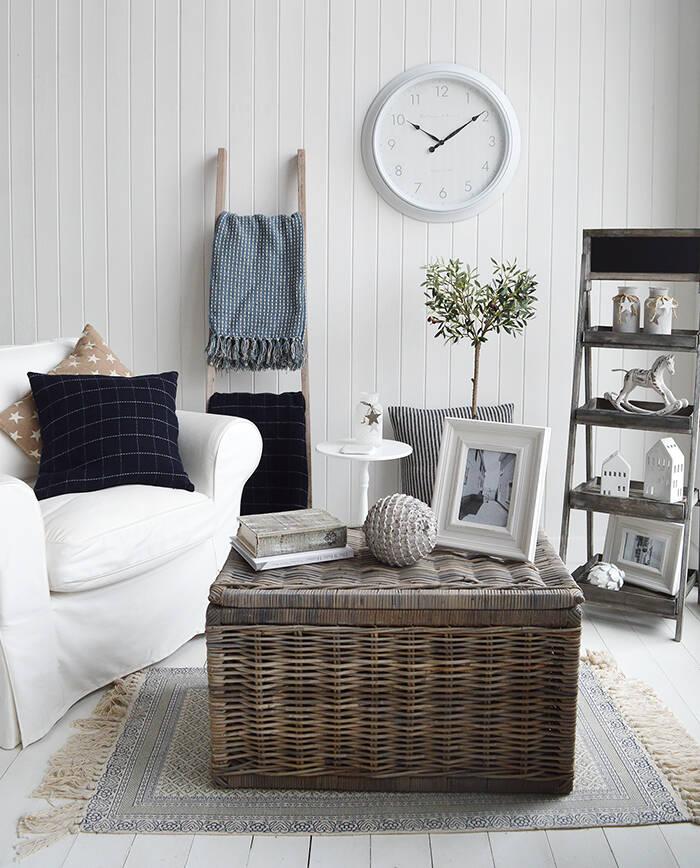 Đồng hồ trong nhà nên được treo ở vị trí vừa tầm với trong phòng, không nên treo quá cao.
