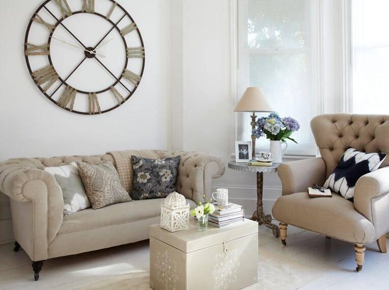 Phòng khách cần năng lượng dương vì thế đồng hồ hình tròn sẽ là lựa chọn tốt.