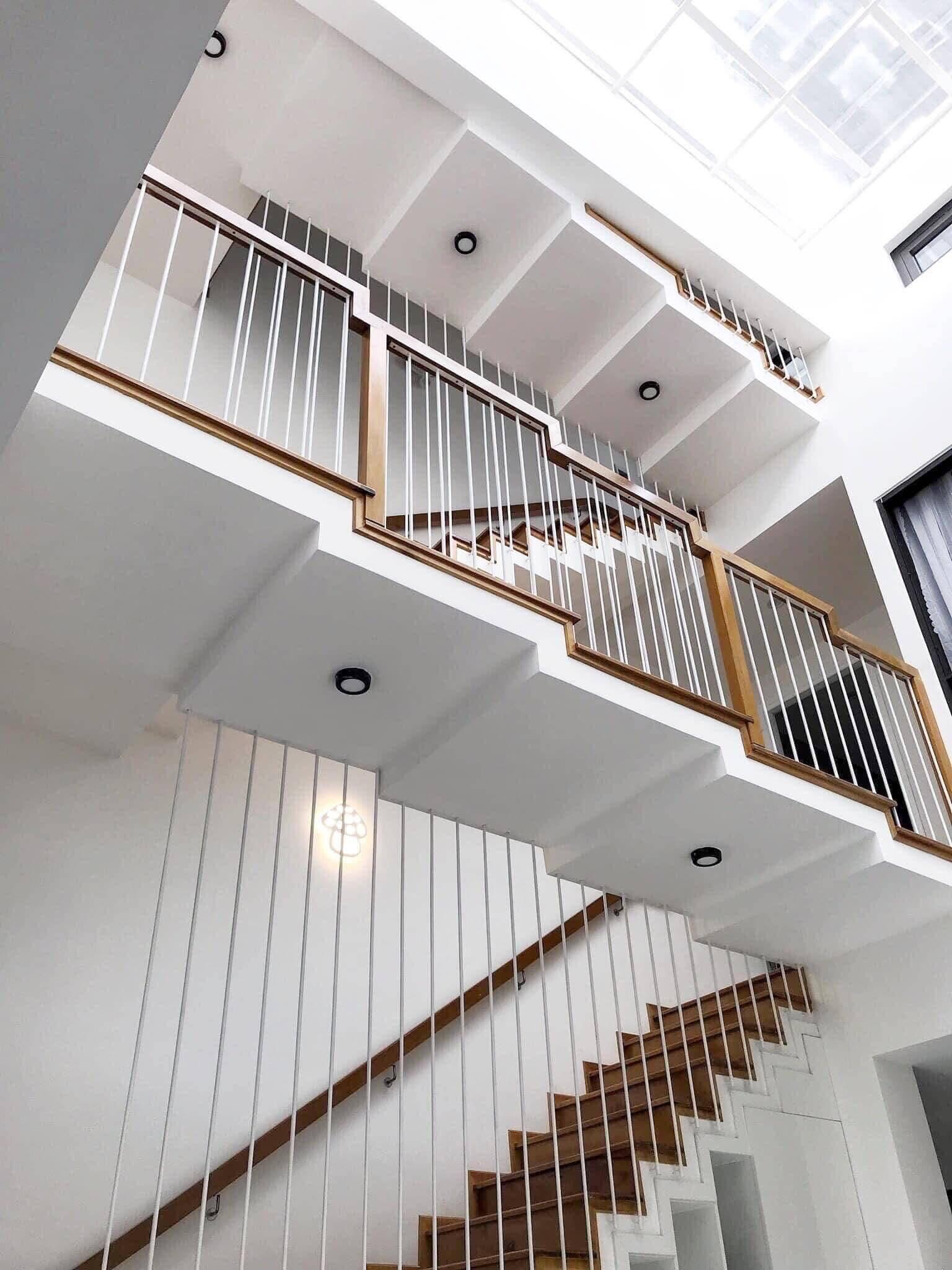 Không gian liền mạch và có tính liên kết cao nhờ thiết kế lệch tầng, giúp mở rộng tầm nhìn và tăng tương tác giữa các thành viên trong gia đình.