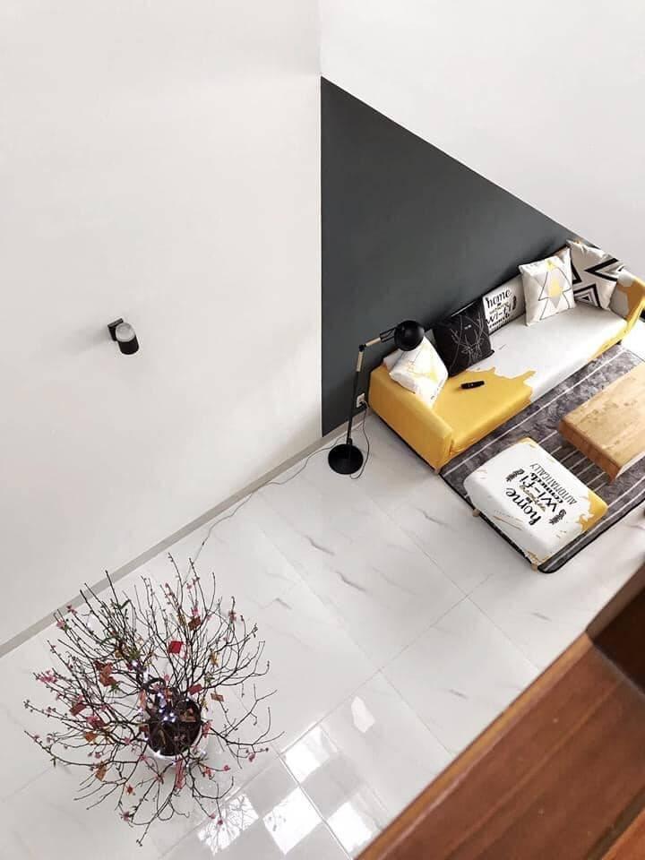 Tại một góc nhìn khác từ tầng trên xuống phòng khách - nơi cả gia đình thường xuyên quây quần.