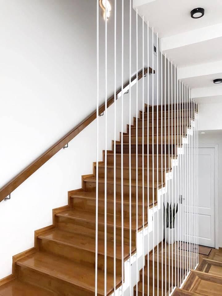 Lan can dọc được thiết kế với các thanh chắn thanh mảnh màu trắng, vừa đảm bảo an toàn, vừa mang vẻ tinh tế và hài hòa với không gian chung.