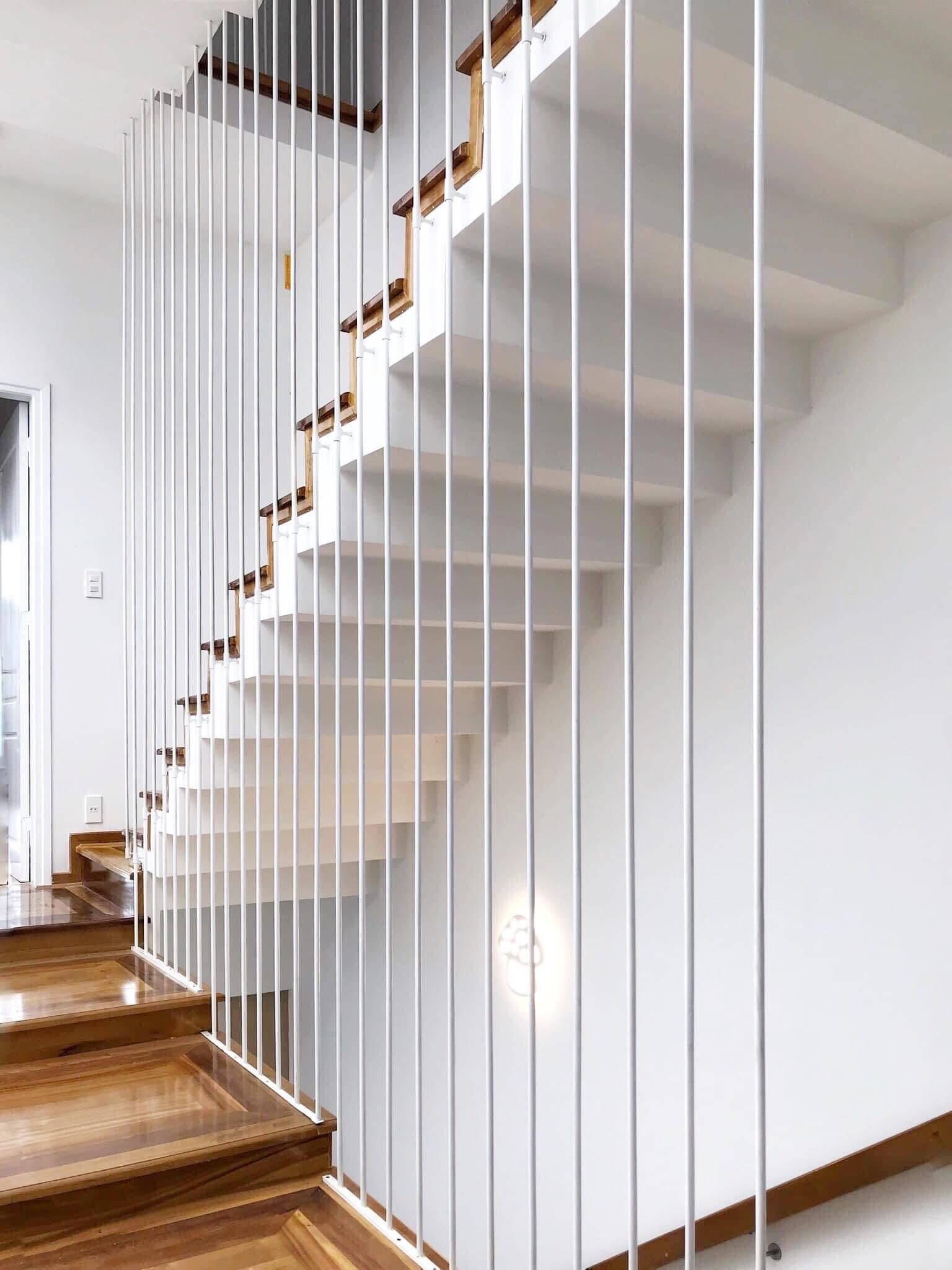Theo gia chủ chia sẻ, ngay khi lên ý tưởng phác thảo cho căn nhà mong muốn, anh đã chọn chiếc cầu thang đầu tiên vì quá thích. Sau đó mới triển khai bố cục các phòng và khu vực khác trong nhà.