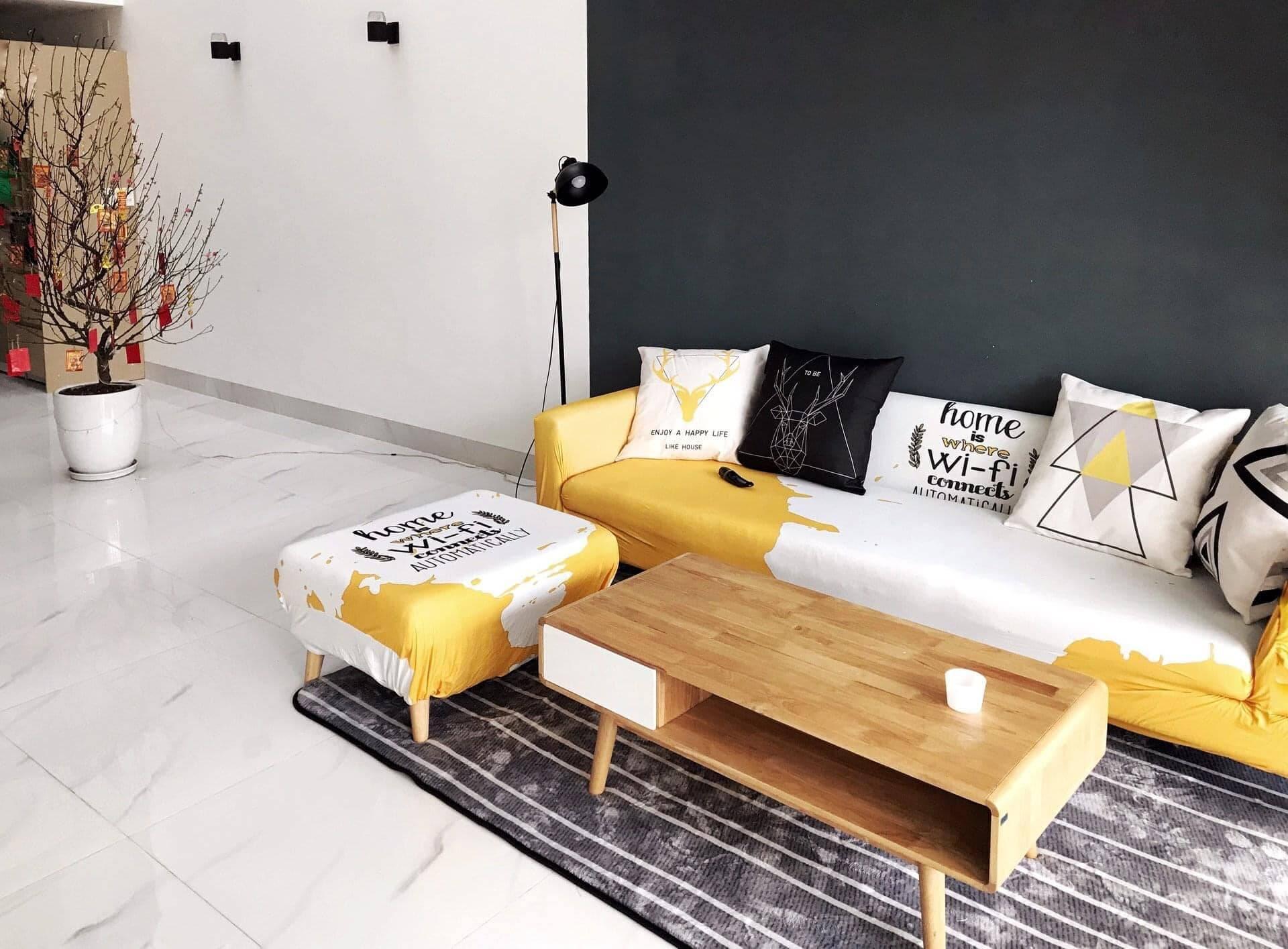 Bộ sofa được bọc với họa tiết độc đáo, mang đến sự sinh động hơn cho phòng khách.